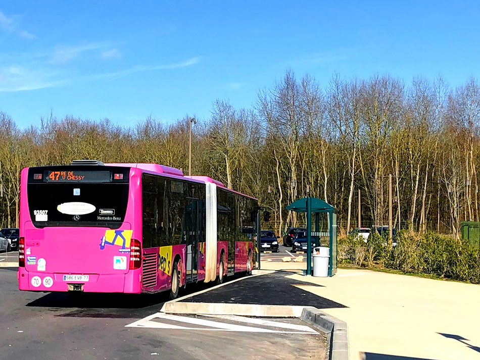 Bus 47 for the easy and quick journey between Villages Nature and Disneyland Paris