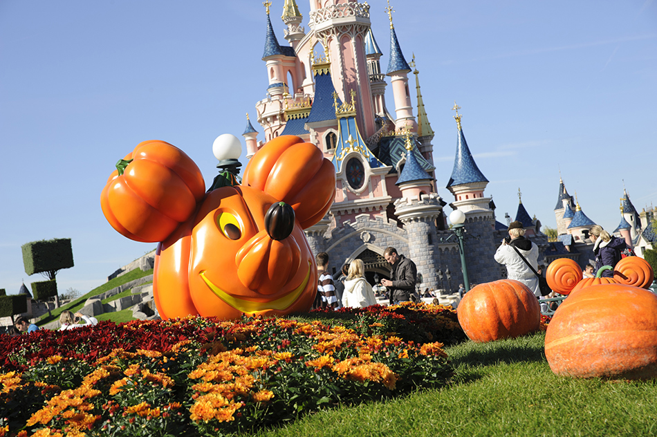 disney 39 s halloween festival 2018 short breaks by coach to disneyland paris. Black Bedroom Furniture Sets. Home Design Ideas